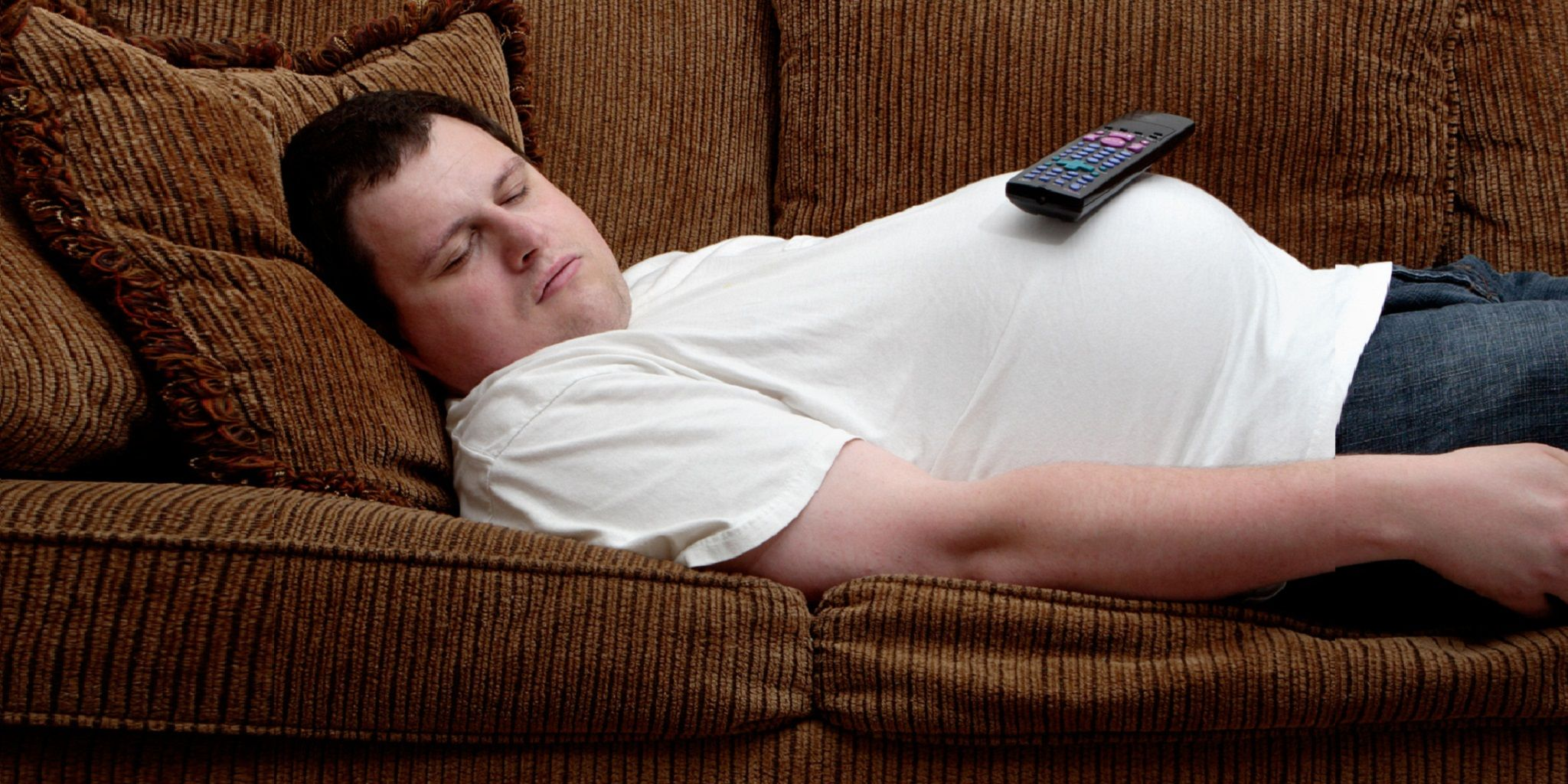 Фото мужик лежит на диване 1 фотография